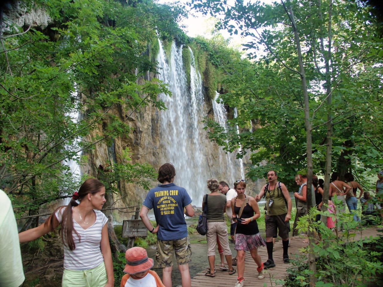 Bij de mooiste watervallen is het soms even dringen