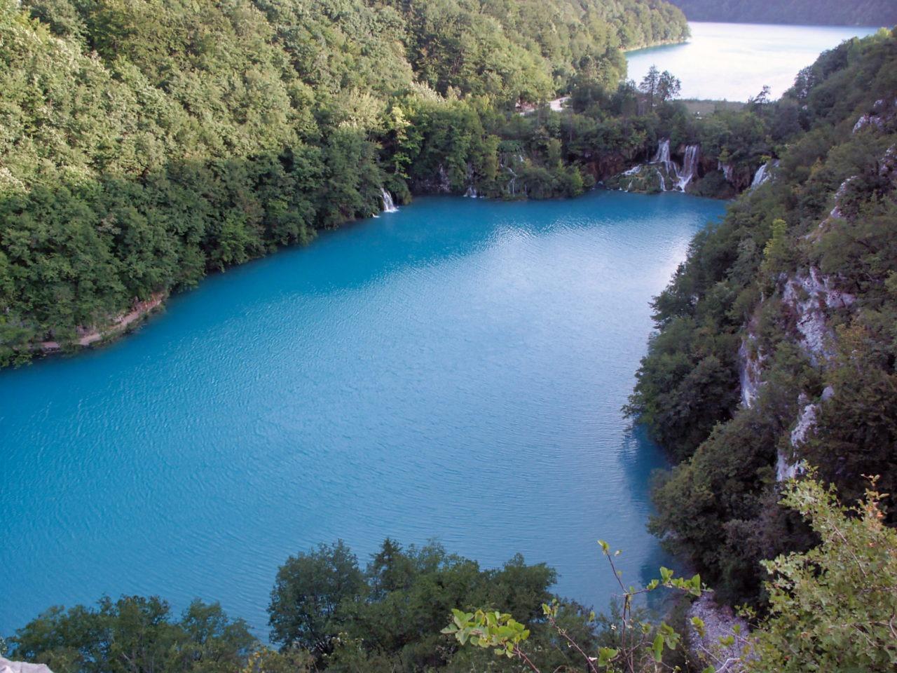 Blauw water in pltivice van bovenaf
