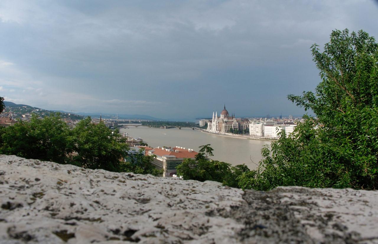 De brede rivier de Donau in Budapest