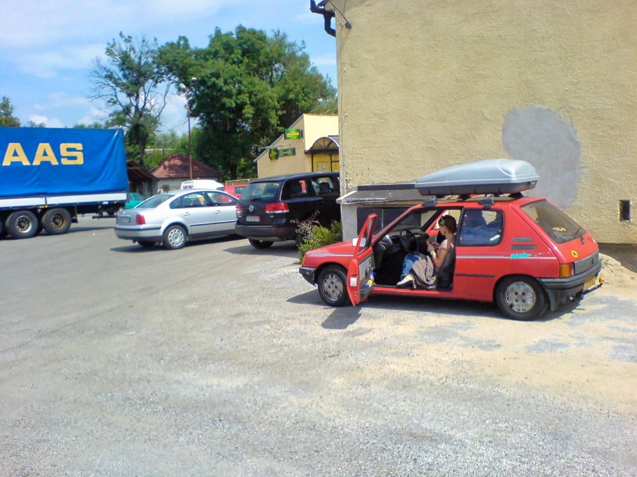De kleine rode auto bij een tankstation in Tsjechië.