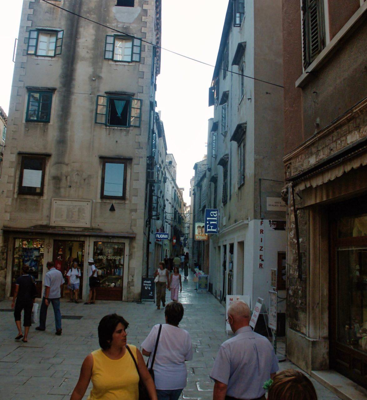 De oude winkelstraat in Sibenik