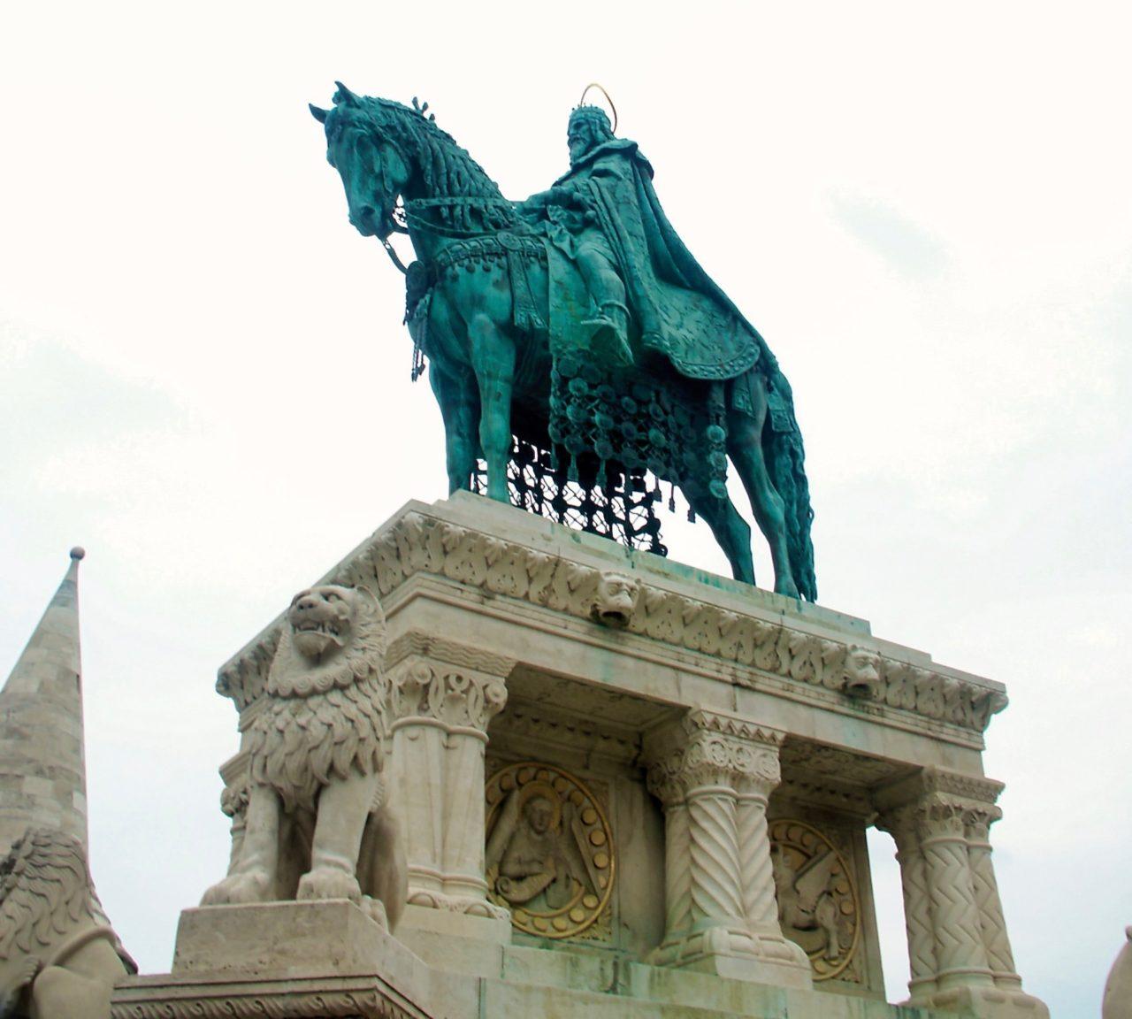 Dude op een paard in Budapest
