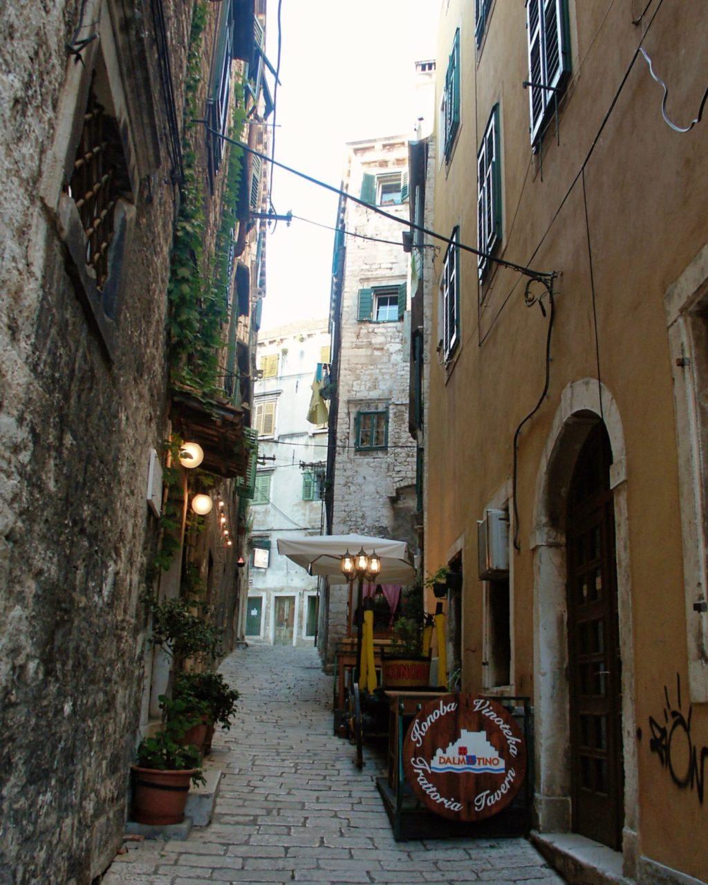 Een klein straatje in Sibenik dat omhoog loopt
