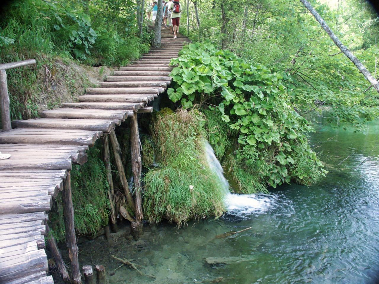 Houten wandelroutes in Plitvice meren gebied