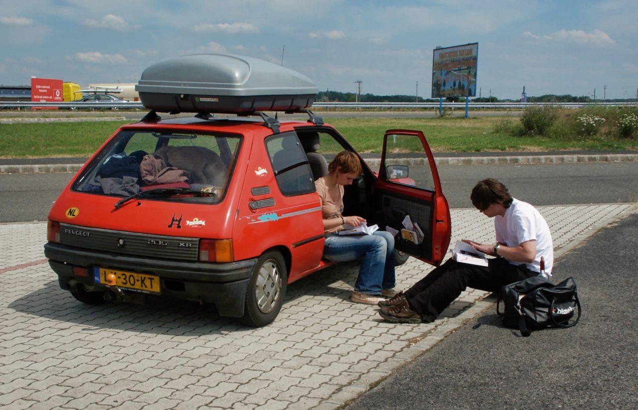 In de ANWB camping gids zoeken naar een goede camping in Budapest