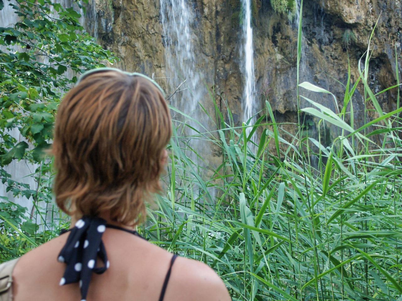 JH kijkt naar een waterval