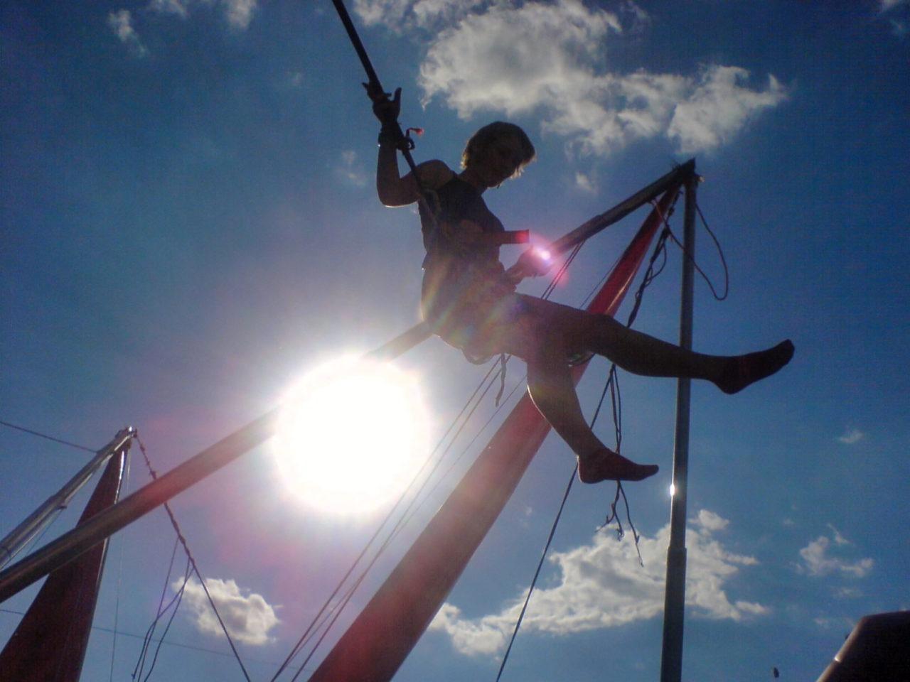 JL in een spring elastiek trampoline ding apparaat schiet voorwerp 03