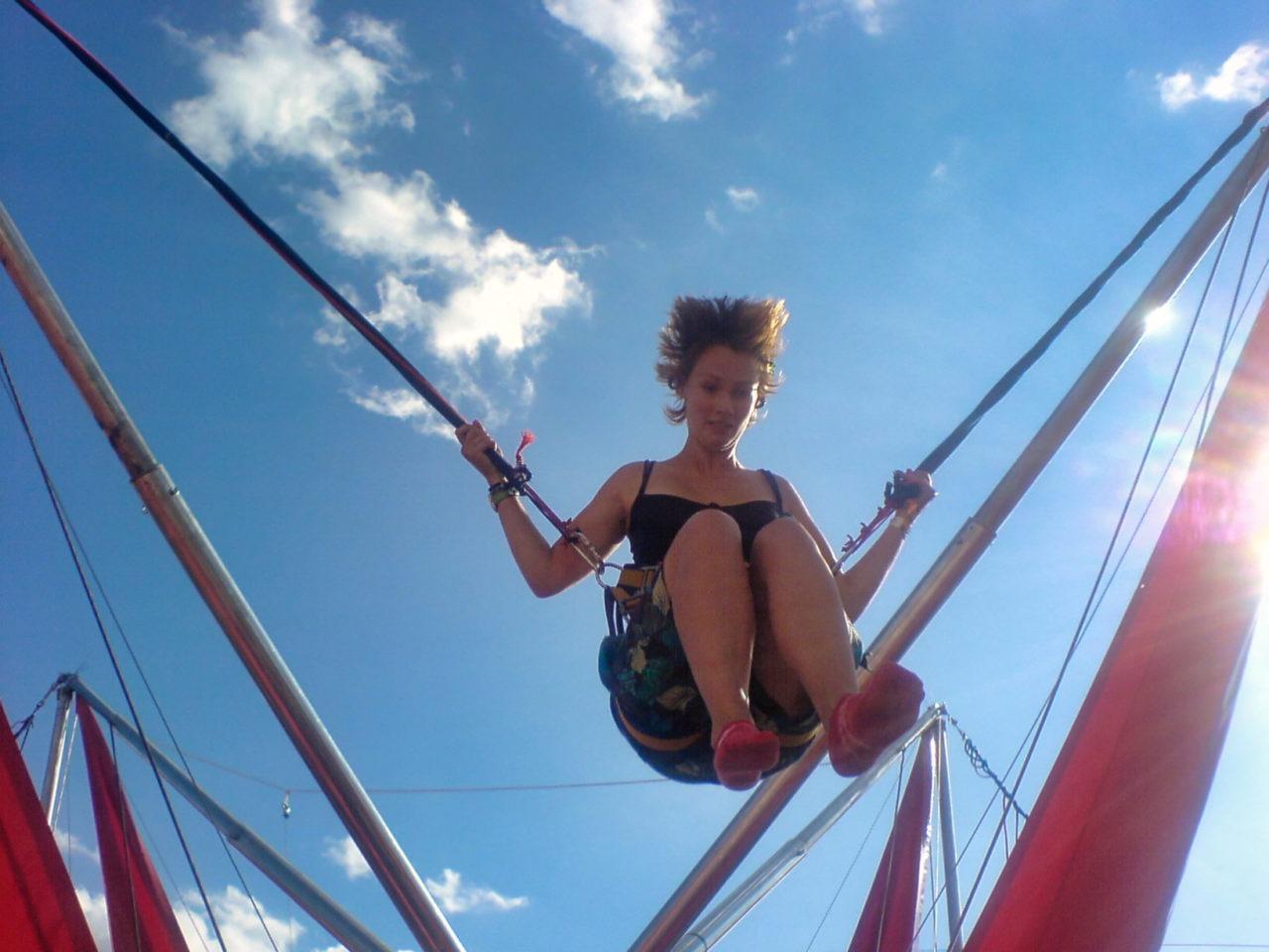 JL in een spring elastiek trampoline ding apparaat schiet voorwerp 04