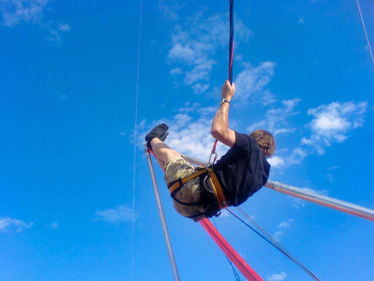 RH in een spring elastiek trampoline ding apparaat schiet voorwerp 01