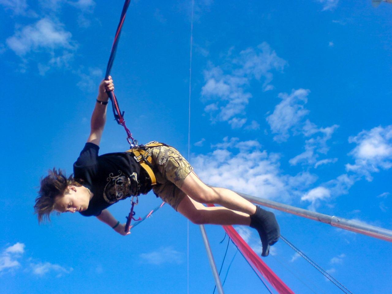 RH in een spring elastiek trampoline ding apparaat schiet voorwerp 02