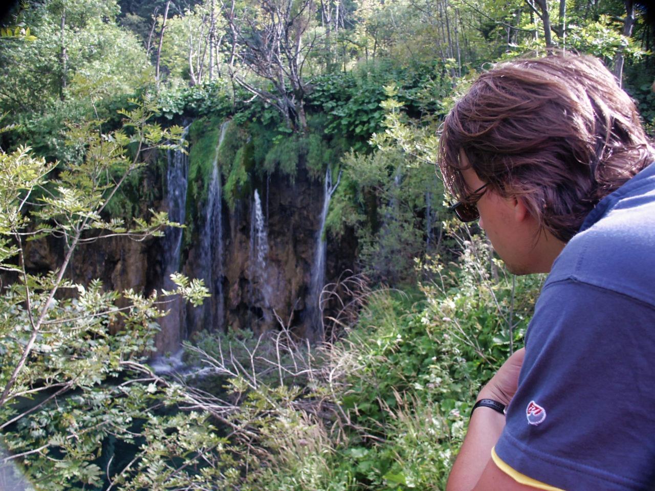 RL kijkt naar een waterval
