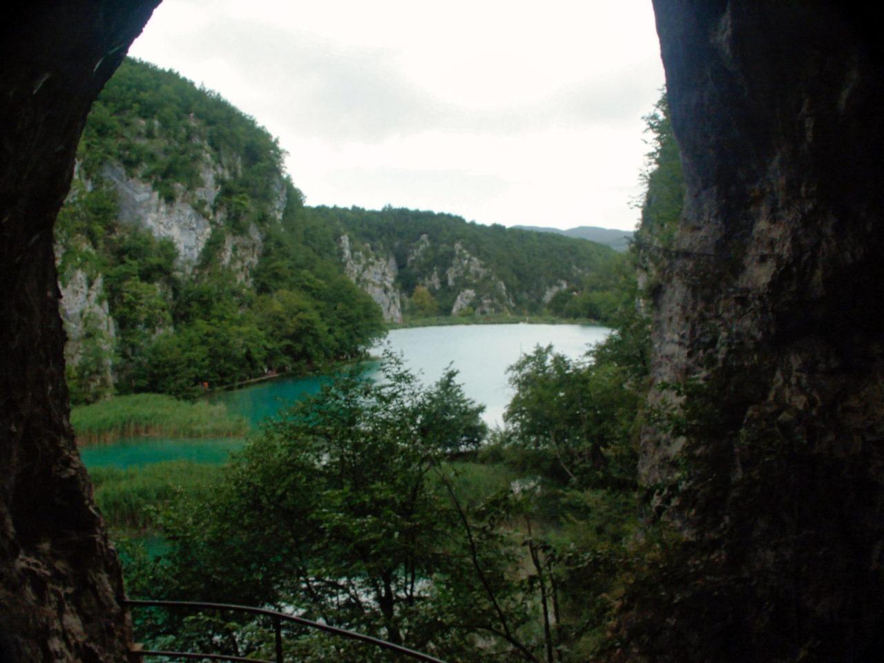 Vanuit een grot heb je een overzicht over het meer in Plitvice
