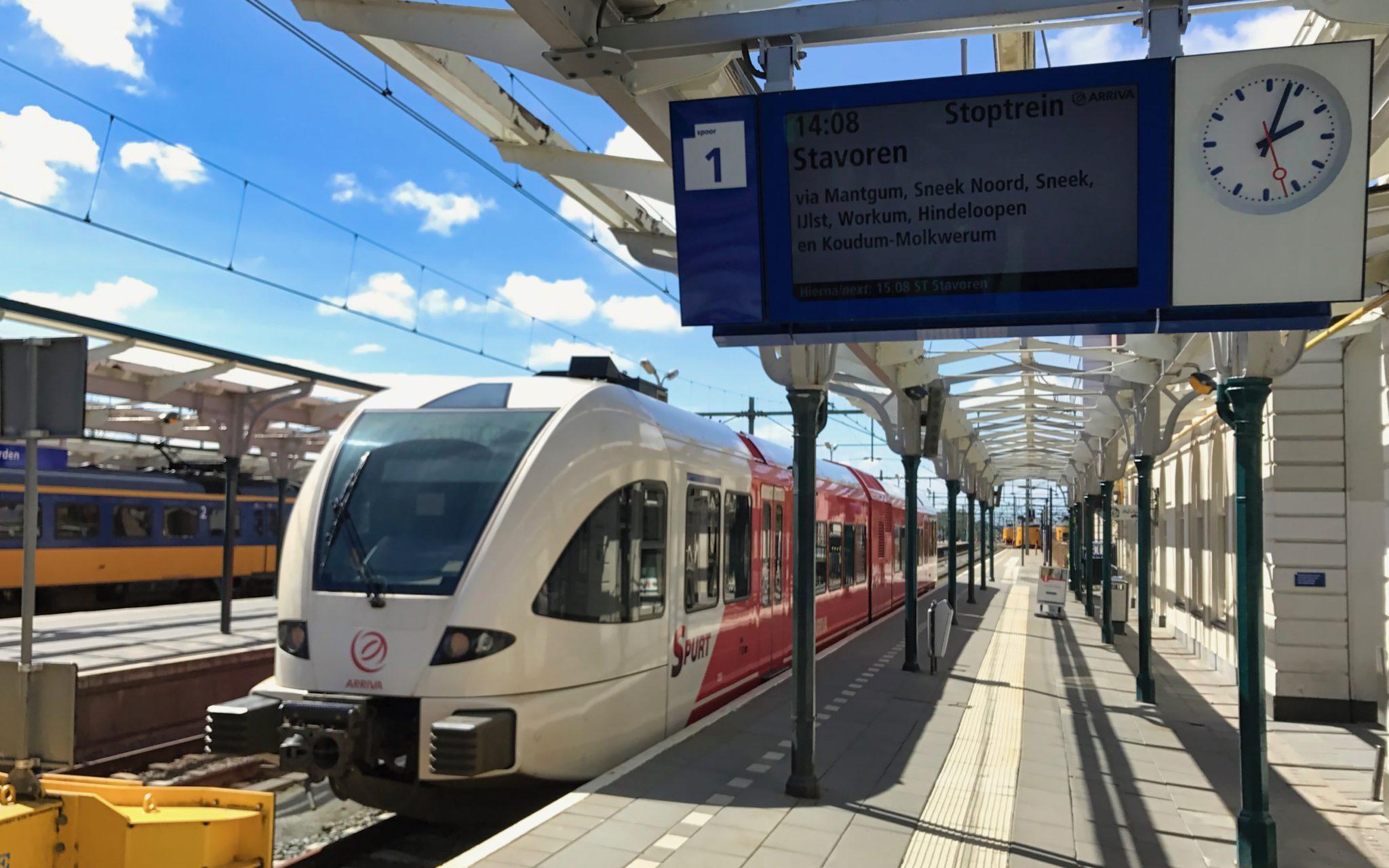 De Arriva trein tussen Leeuwarden en Stavoren. Deze stopt ook in Sneek